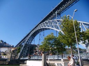 Die große Brücke über den Fluß, eine beeindruckende Stahlkonstruktion