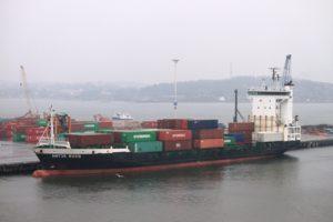 Ein kleines Containerschiff in Göteborg